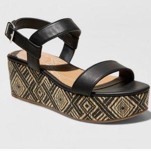 "🔥2 x $25🔥DV ""Brynn"" tribal print platform sandal"